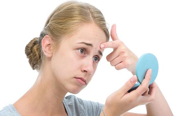 Vệ sinh da không sạch dễ khiến xuất hiện mụn ẩn