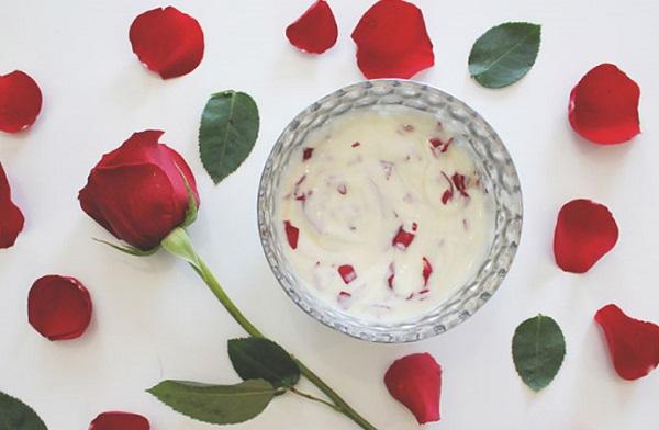Đường trắng, cánh hoa hồng và bột vỏ cam khô