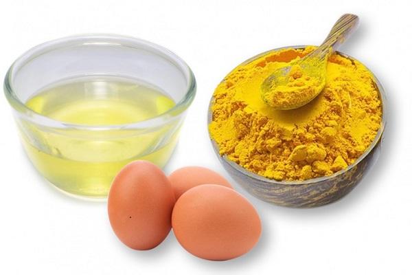 Chuẩn bị nguyên liệu làm mặt nạ tinh bột nghệ mật ong với trứng gà