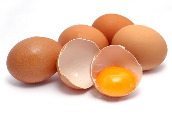Không nên ăn trứng sau khi đi phun xăm