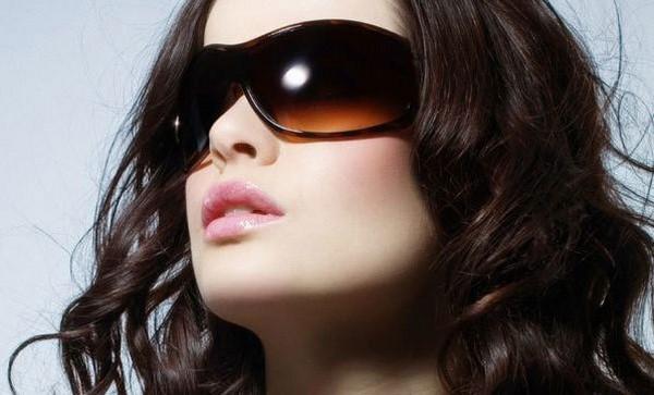Đeo kính râm để ngừa nếp nhăn bọng mắt