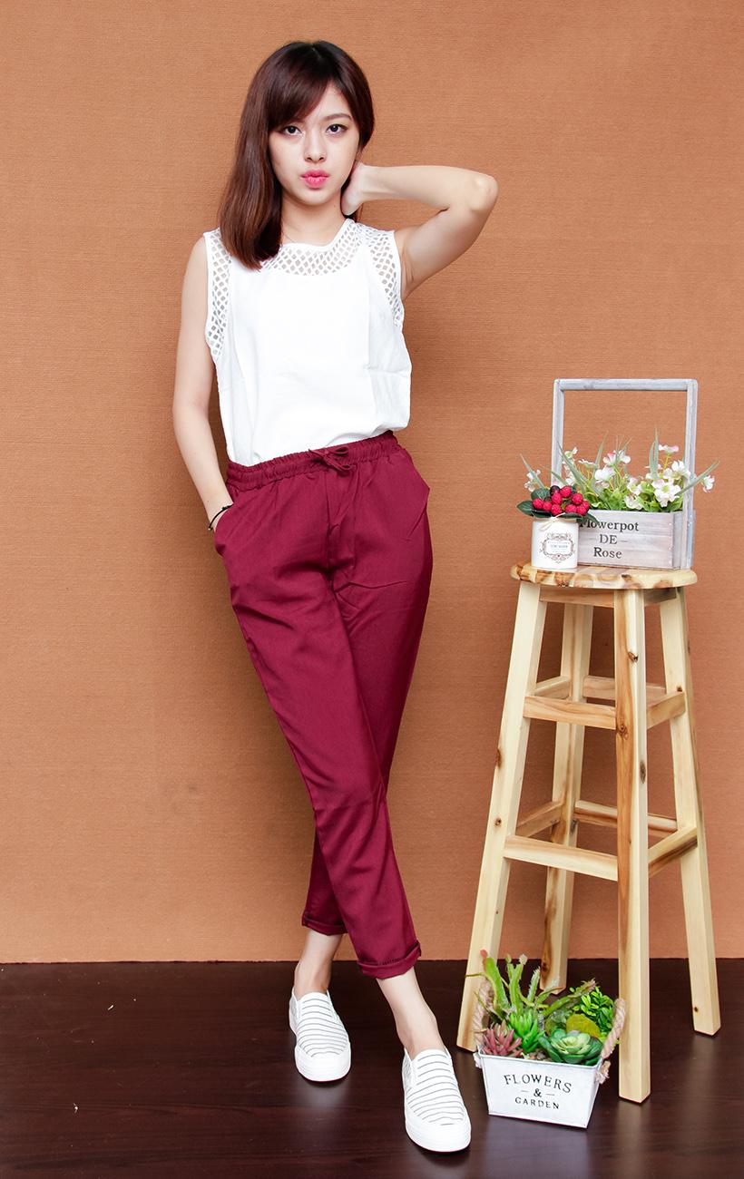 Quần màu đỏ đô kết hợp áo màu trắng