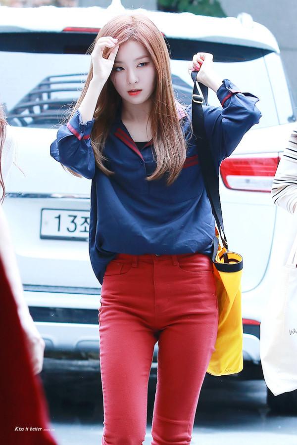 Quần đỏ đô và áo màu xanh đậm