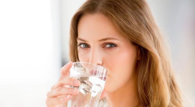 Uống nước giúp xóa sưng bọng mắt khi ngủ dậy