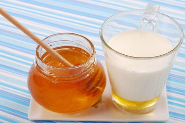 Tắm trắng bằng sữa tươi và mật ong