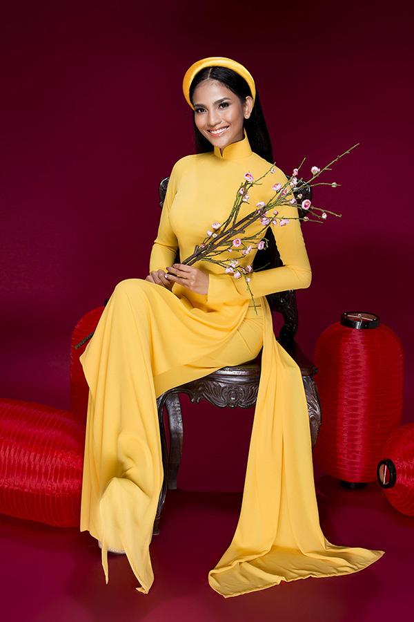 Áo dài vàng kết hợp với quần đồng màu phù hợp với mọi chị em