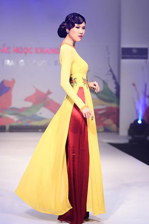 Mix áo dài vàng với màu đỏ sẽ cho bạn một vẻ ngoài ấn tượng