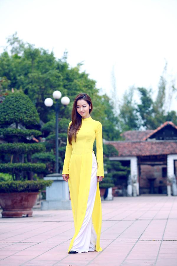 Áo dài vàng với quần trắng toát lên vẻ thanh lịch, dịu dàng