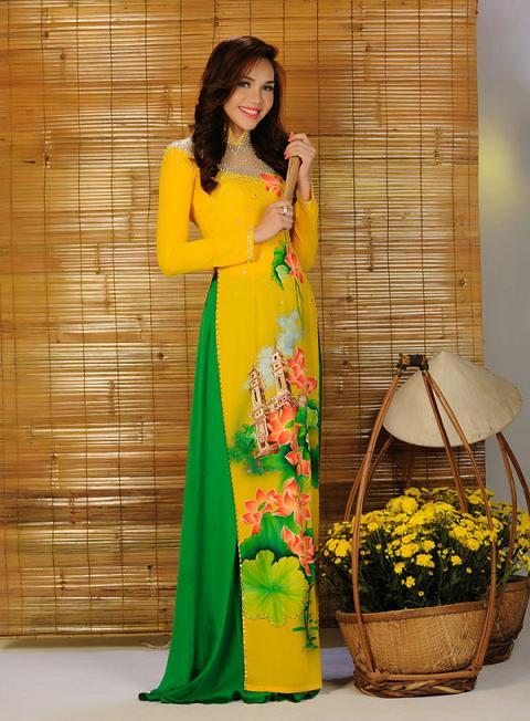 Cách phối áo dài vàng với màu xanh lá cây sẽ giúp bạn nhìn trẻ trung và nổi bật hơn rất nhiều