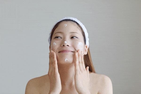 20 phút sau khi rửa sạch mặt bôi một lớp kem dưỡng da hoặc dầu Oliu