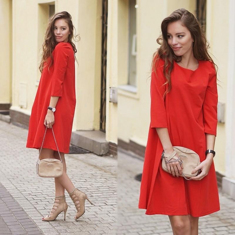 Giày màu nude giúp dung hòa sắc đỏ của bộ trang phục