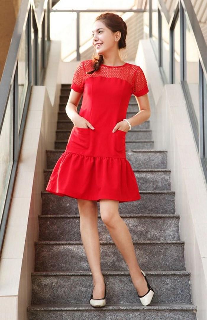Giày cao gót trắng kết hợp với đầm đỏ được nhiều chị em yêu thích