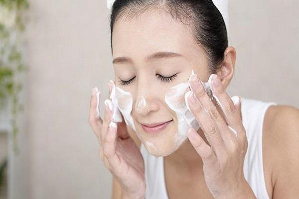 Rửa mặt bằng sữa tươi hằng ngày