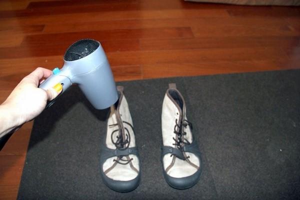 Sử dụng máy sấy tóc xử lý giày bị chật