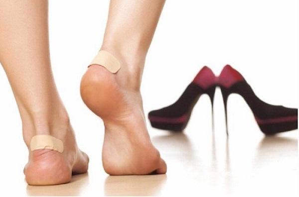 Dán băng cá nhân vào gót chân
