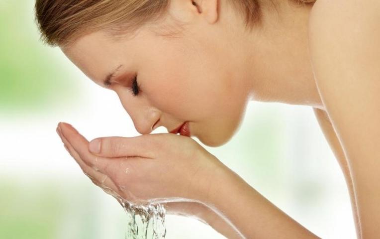 Dùng nước ấm rửa sạch mặt