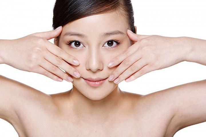 Dùng tay massage mặt nhẹ nhàng, tập trung vào vùng da bị sẹo mụn.