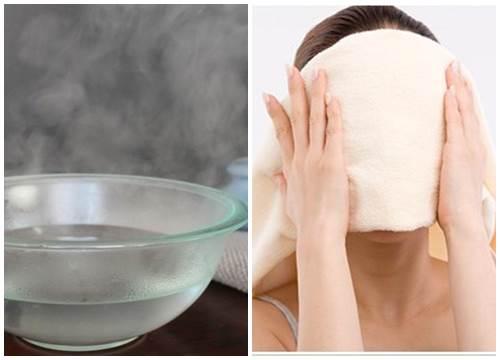 Lấy khăn ấm đắp lên mặt, sau đó lau sạch những bã dầu còn sót lại trên da.