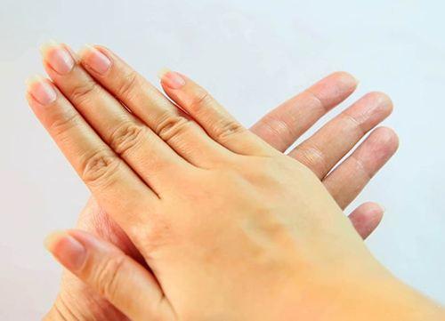Lấy 2 – 3 giọt dầu dừa nhỏ ra bàn tay rồi xoa 2 bàn tay làm nóng dầu dừa.
