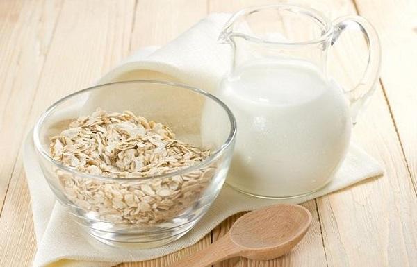 Mặt nạ bột yến mạch và sữa tươi giúp se khít lỗ chân lông