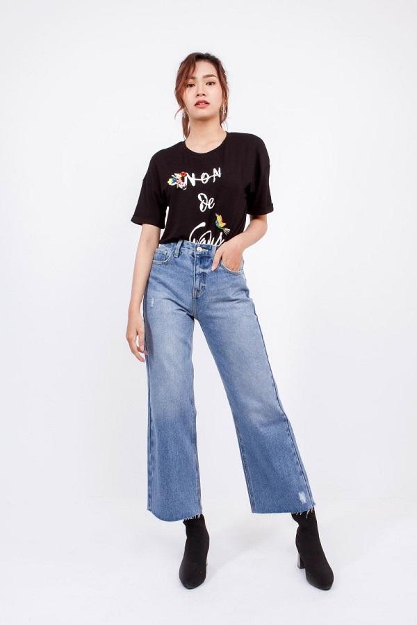 Quần Jean ống rộng kết hợp với áo phông
