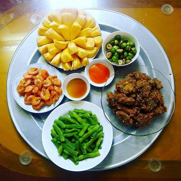 Bữa cơm gia đình đầy đủ dinh dưỡng