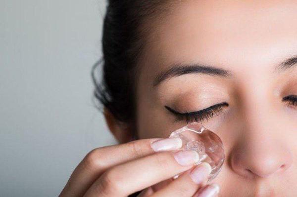 Hướng dẫn cách trị thâm quầng mắt bằng đá hiệu quả