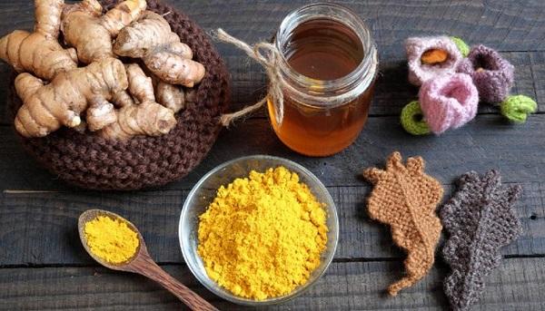 Hỗn hợp mật ong với tinh bột nghệ