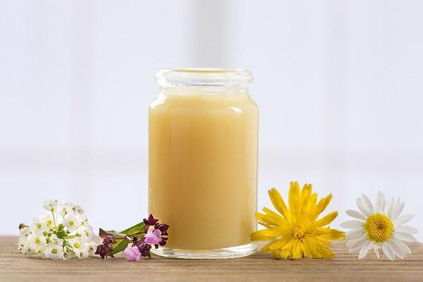 Cải thiện môi thâm bằng dầu dừa, sữa ong chúa