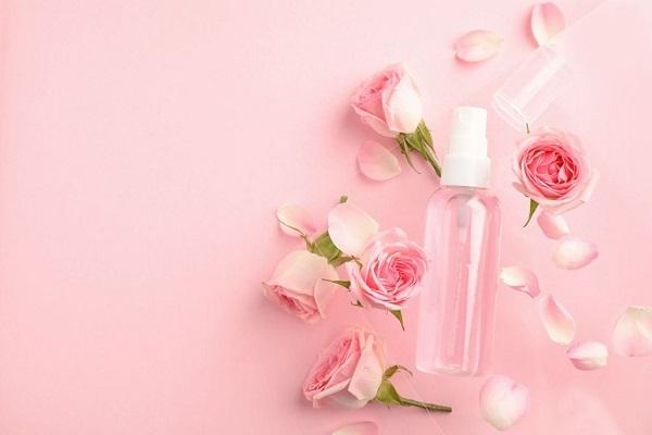 Tẩy tế bào chết môi bằng nước hoa hồng