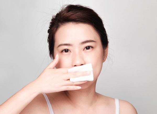 Tẩy tế bào chết môi bằng khăn mềm