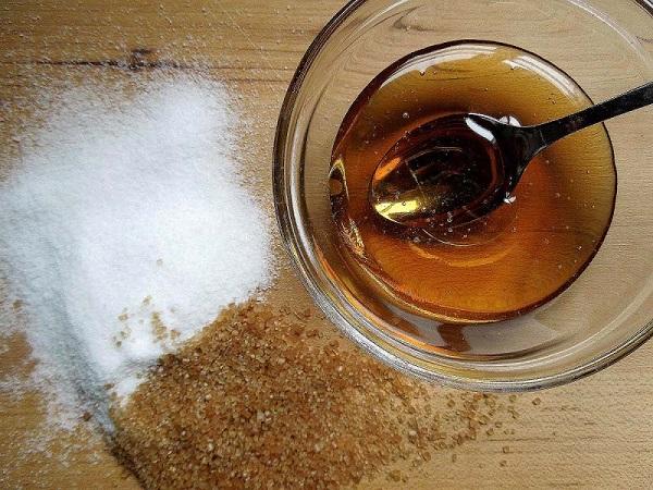 Tẩy da chết môi bằng đường và mật ong