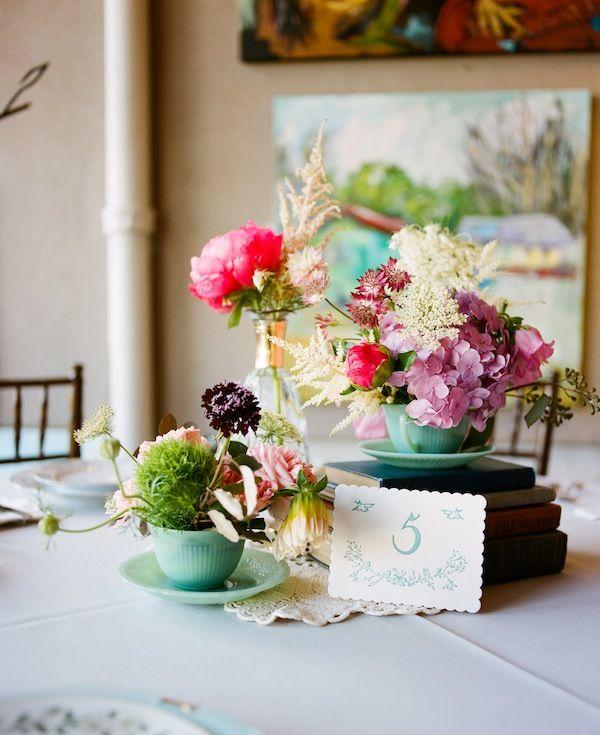 Cắm hoa trong ly tách cũ