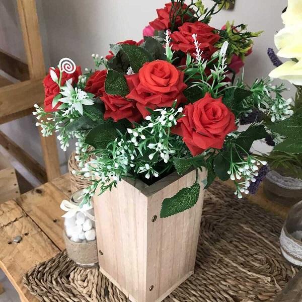 Cắm hoa trong chậu gỗ