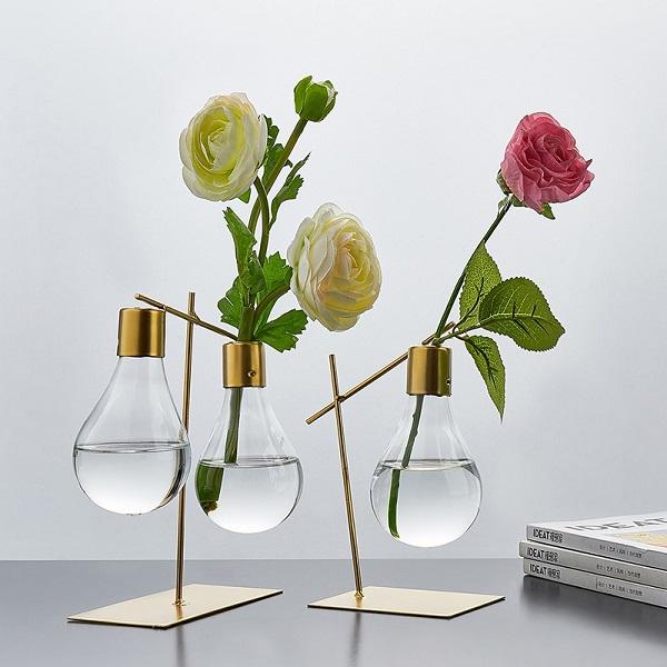 Cắm hoa trong bóng đèn