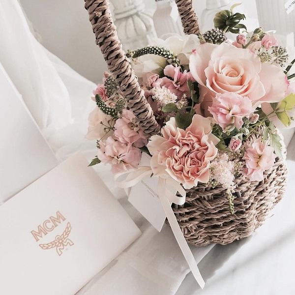 Cắm hoa cưới trong giỏ