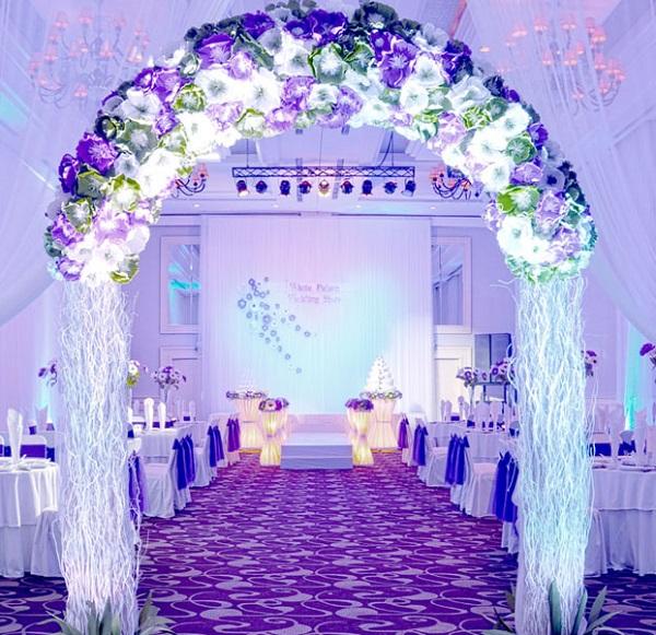 Mẫu cổng cưới với hoa màu tím