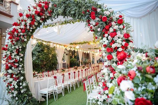 Cổng đám cưới đẹp bằng hoa tươi
