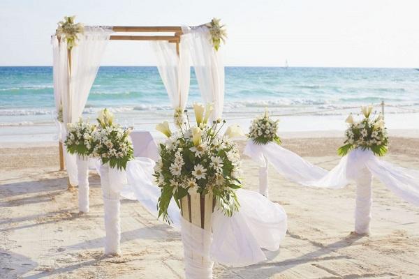 Cổng đám cưới bằng hoa lụa và lụa