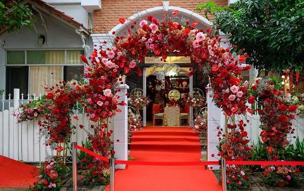 Trang trí cổng đám cưới với hoa màu đỏ