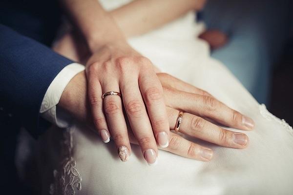 Hầu hết nam, nữ đều chọn tay đeo nhẫn cưới là tay trái