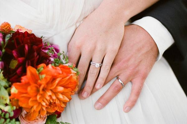 Đeo nhẫn cưới ngón tay nào?