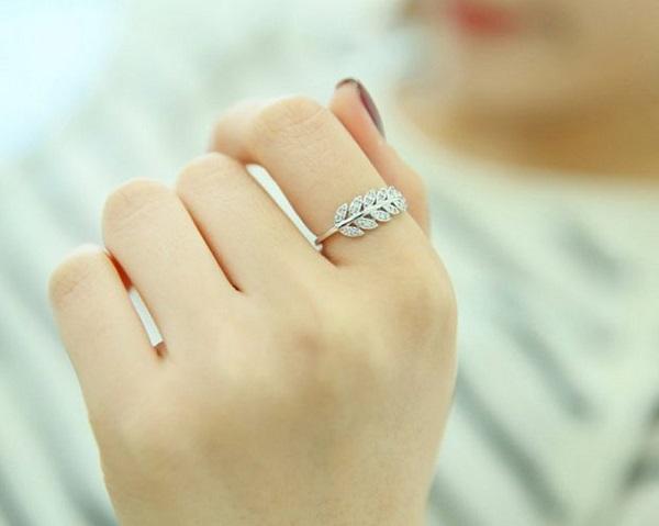 Đeo nhẫn ngón tay trỏ