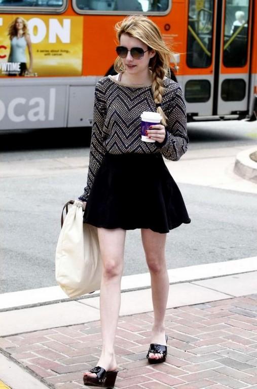 Chân váy đen xòe, áo len