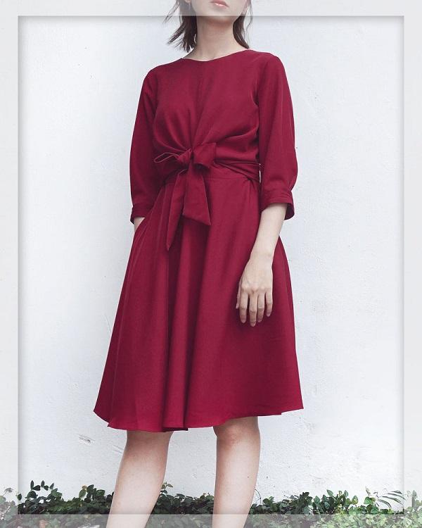 Đi đám cưới nên mặc váy màu đỏ đô