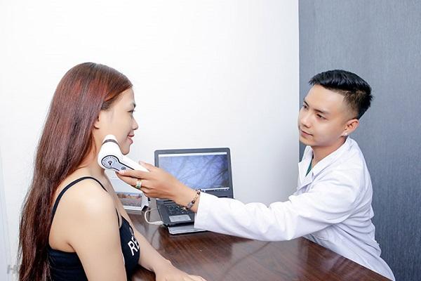 Thăm khám trước khi điều trị mụn